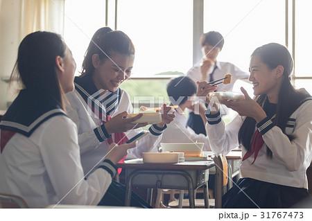 教室でお弁当を食べる高校生 31767473