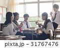 教室でお弁当を食べる高校生 31767476