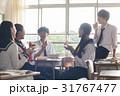 教室でお弁当を食べる高校生 31767477