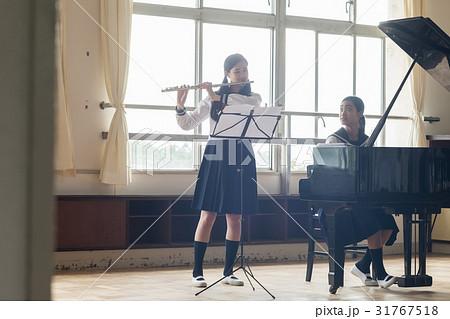フルートの練習をする女子高生 31767518