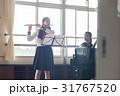 フルートの練習をする女子高生 31767520
