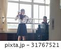 フルートの練習をする女子高生 31767521