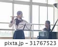 フルートの練習をする女子高生 31767523