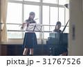 フルートの練習をする女子高生 31767526