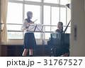 フルートの練習をする女子高生 31767527