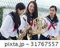 屋上で楽器の練習をする女子高生 31767557