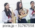 屋上で楽器の練習をする女子高生 31767558