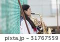 屋上で楽器の練習をする女子高生 31767559