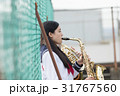 屋上で楽器の練習をする女子高生 31767560