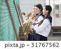 屋上で楽器の練習をする女子高生 31767562