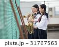 屋上で楽器の練習をする女子高生 31767563