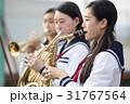 屋上で楽器の練習をする女子高生 31767564