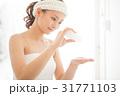 化粧水を手に取る女性 31771103
