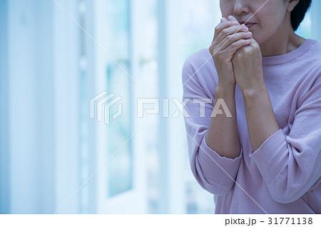 冷え性 寒気がする女性 31771138