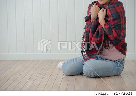 寒気を感じる冷え性の女性 31772021