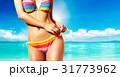 夏のボディ。カラフルなビキニでビーチに立つ女性 31773962