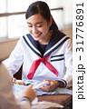 お弁当を食べる女子高生 31776891