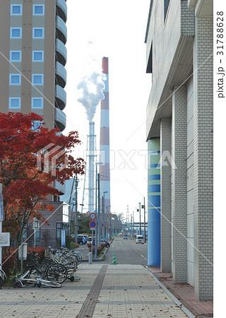 苫小牧駅の駅前から見える工場の煙突 31788628
