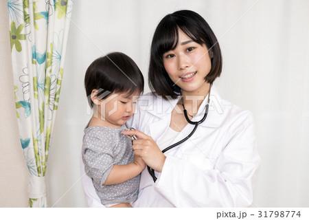 子どもを抱きかかえる白衣の女性 31798774