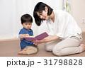 本を読む女性と子供 31798828