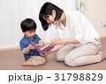 本を読む女性と子供 31798829