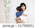 子供を抱きかかえる女性 31798831