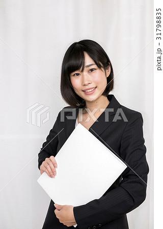 バインダーを持つスーツ姿の女性 31798835