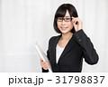 バインダーを持つスーツ姿の眼鏡をかけた女性 31798837