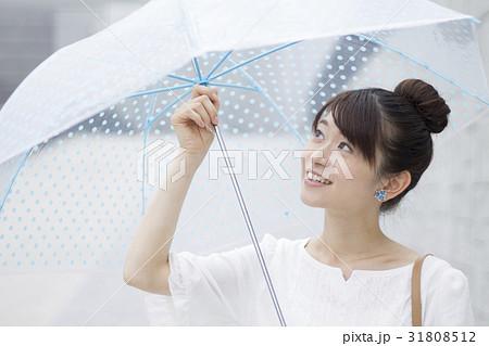 水玉のビニール傘をさす女性 31808512