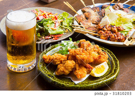 居酒屋の生ビールと料理 31810203