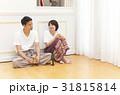 床に座ってグラスを傾けるカップル 31815814