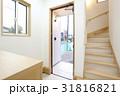 新築住宅の玄関ホールから未完成の外構 31816821