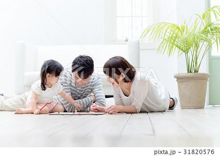 3人家族、お絵描き、寝転ぶ 31820576