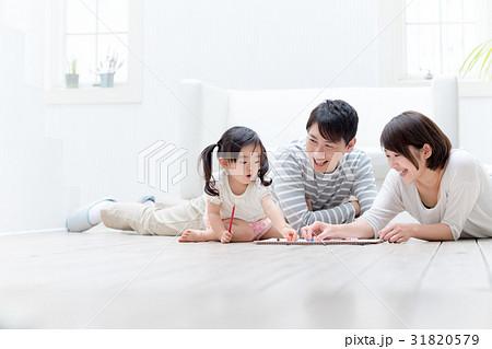 3人家族、お絵描き、寝転ぶ 31820579