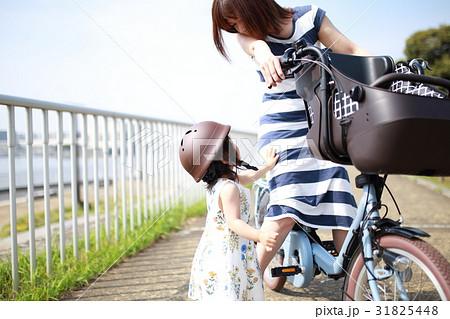 親子 自転車 (母親 ヘルメット 安心 安全 電動自転車 ママ 主婦 コピースペース 幼児) 31825448