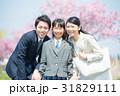 新年度 女の子と両親 31829111