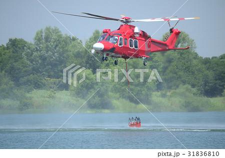 空中消火、給水中の消防防災ヘリコプター 31836810