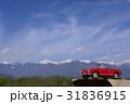赤いミニカーと北アルプス ヨコ写真 31836915