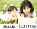 本を読む親子 31845500