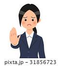 紺のスーツを着たお断りする女性 31856723