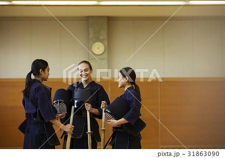剣道を体験する女子留学生 31863090