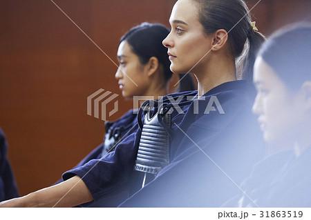 剣道を体験する女子留学生 31863519