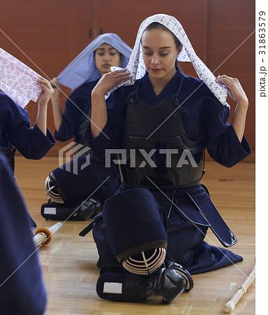剣道を体験する女子留学生 31863579