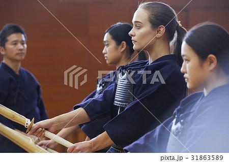 剣道を体験する女子留学生 31863589