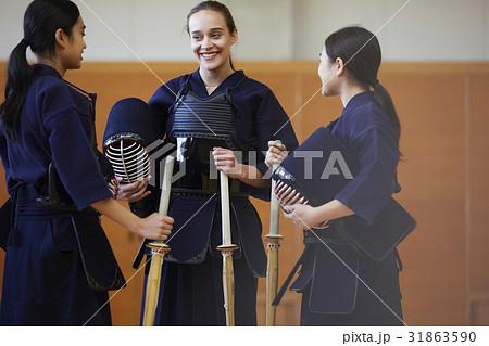 剣道を体験する女子留学生 31863590