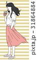 夏スタイルのファッションに身を包んだ女性がドリンクを飲んでいる立ち姿 31864884