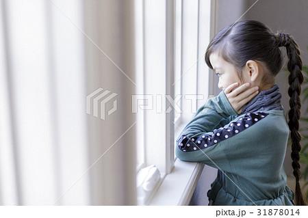 窓絵で頬杖をした女の子 31878014