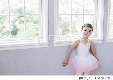 窓辺に立つバレリーナの女の子 31878176