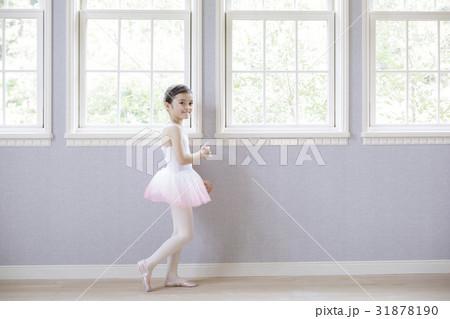 窓辺に立つバレリーナの女の子 31878190