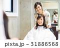 若い女性美容師と女性客 31886568